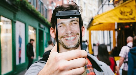 «Δεν προκαλεί έκπληξη το γεγονός ότι οι άντρες που κοινοποιούν περισσότερες selfie φωτογραφίες και ξοδεύουν χρόνο στην επεξεργασία τους είναι πιο νάρκισσοι, αλλά είναι η πρώτη φορά που κάτι τέτοιο αποδεικνύεται επίσημα σε μία έρευνα»