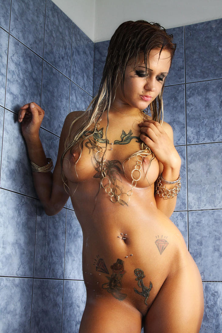 Hanna in shower
