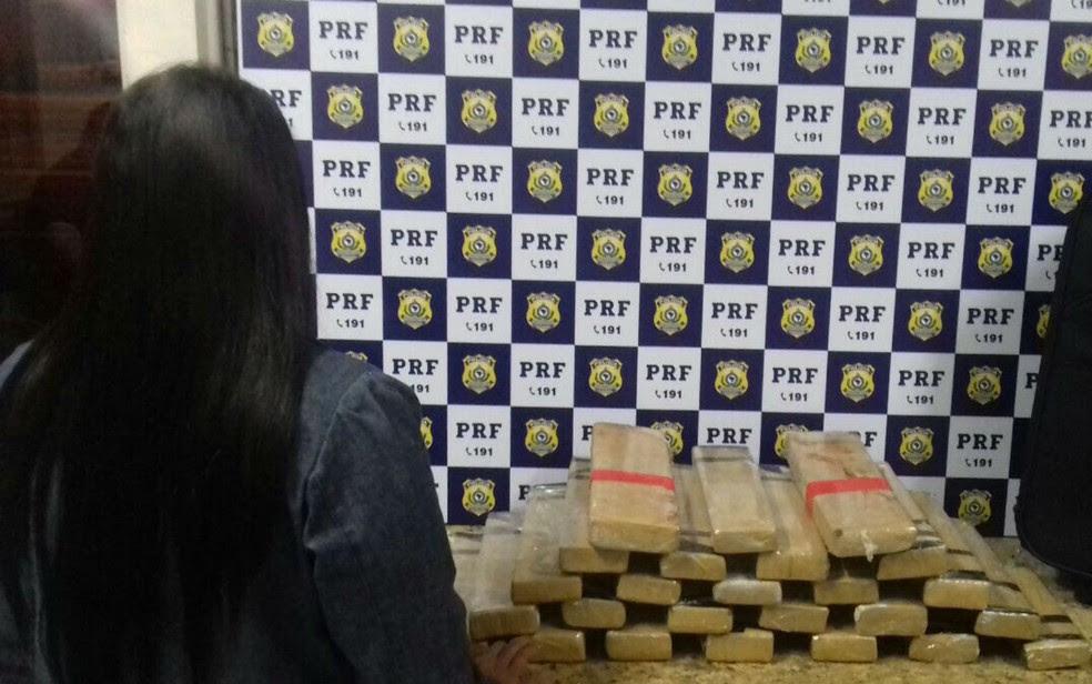Mulher é presa em Conquista ao transportar 23 quilos de maconha (Foto: Divulgação/Polícia Rodoviária Federal)