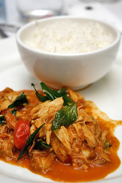 Kakuluwo: blue crab curry with coconut and rice. Sri Lankan dish.
