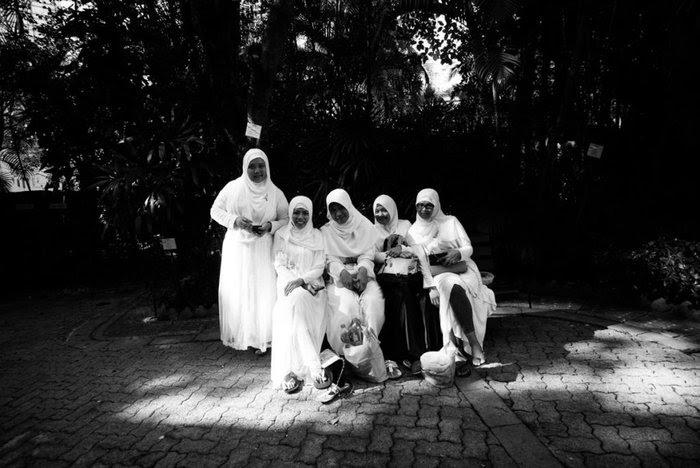 Οικιακές βοηθοί από την Ινδονησία με παραδοσιακές στολές κατά τη διάρκεια του ρεπό τους. (Xyza Cruz Bacani)