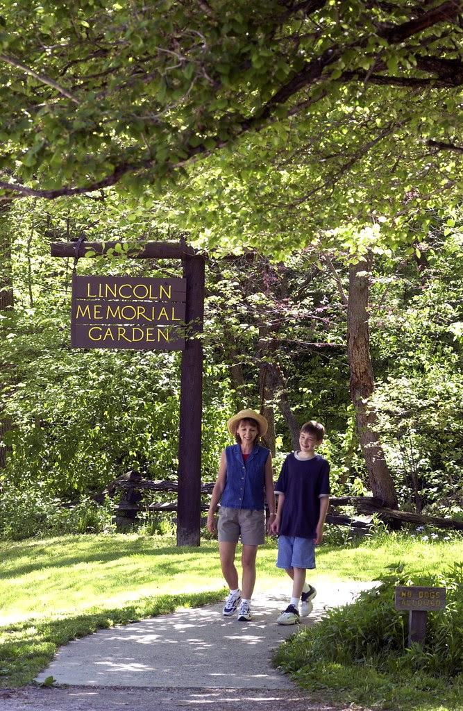 Lincoln Memorial Garden visitors Photo credit Springfield Convention & Visitors Bureau
