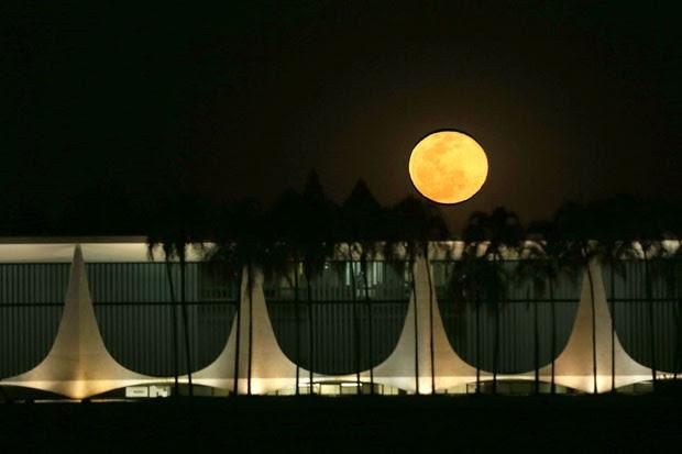 'Lua Azul', segunda lua cheia do mês de julho, aparece sobre o Palácio da Alvorada, em Brasília (Foto: Eraldo Peres/AP)