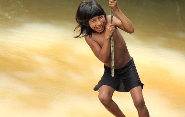 Petit papillon, fillette awá, la tribu la plus menacée au monde