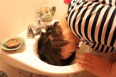 мытье головы в раковине