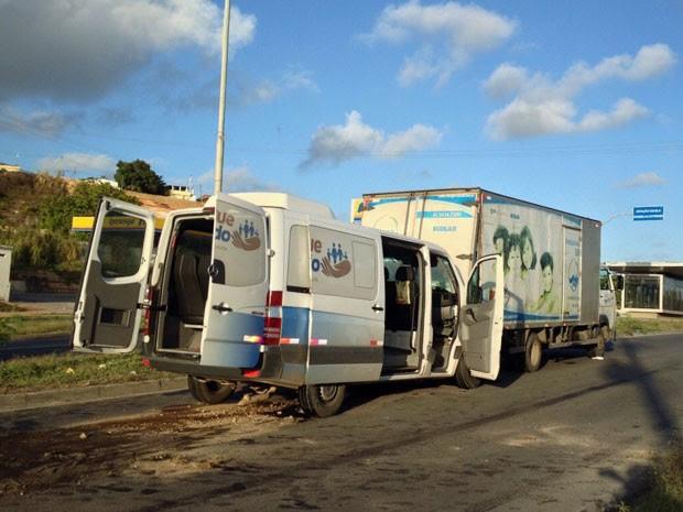 Material hospitalar já foi retirado da rodovia, mas pista continua com combustível (Foto: Kety Marinho / TV Globo)