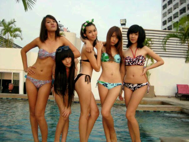 cewek cewek abg yang lagi pamer bikini di kolam renang