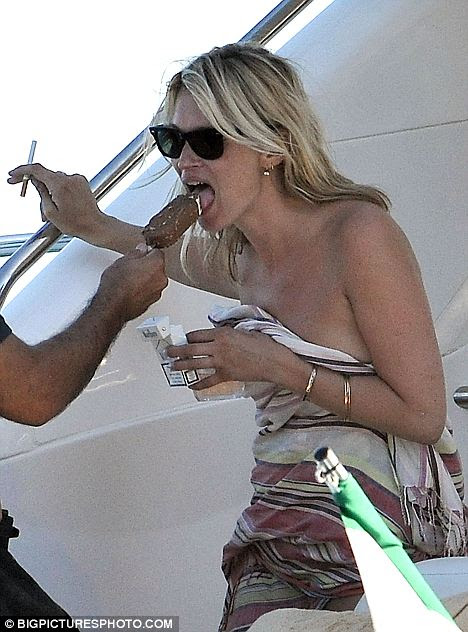 kate moss smoking while pregnant. Tucking in: Kate grabs a bite