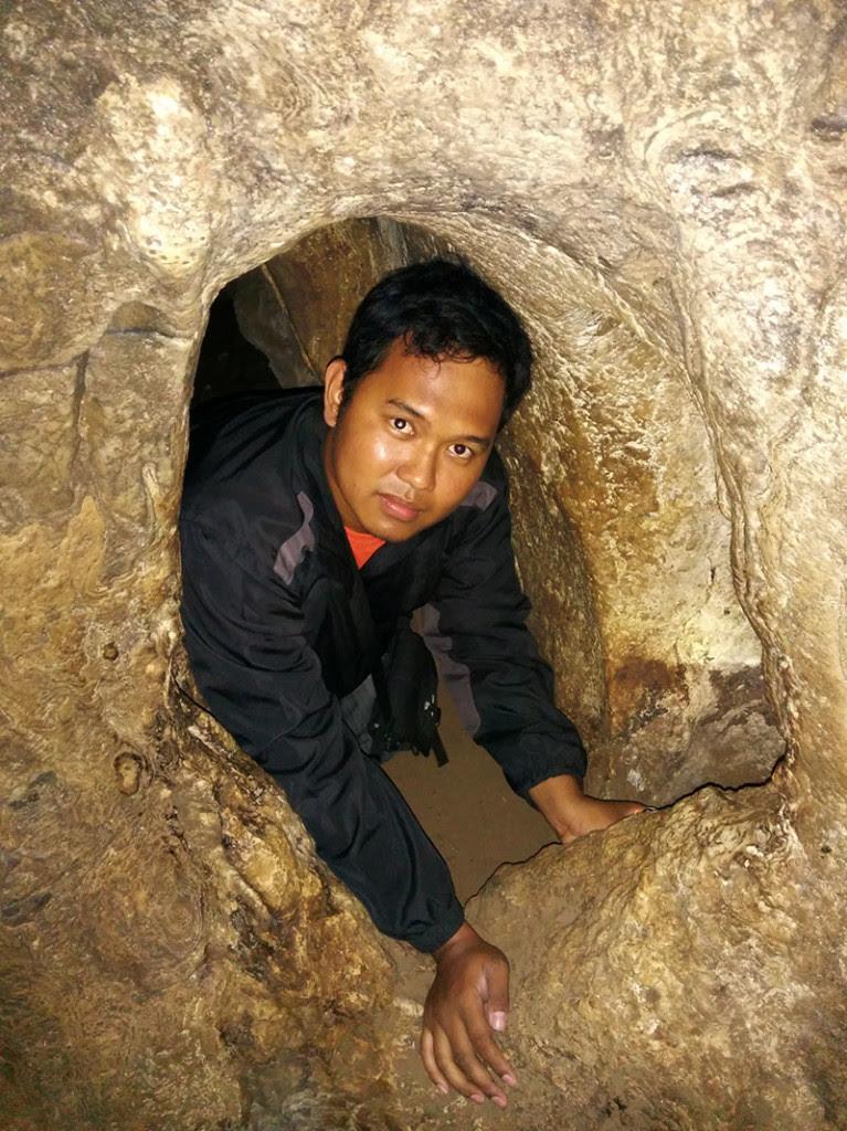 Harus merangkak di lorong sempit untuk mencapai sisi lain dari gua ini