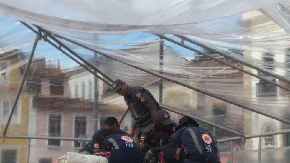 Bombeiros e agentes do Samu em atendimentos às vítimas que foram atingidas com a queda do palco em Salvador (Foto: Corpo de Bombeiros/Divulgação)