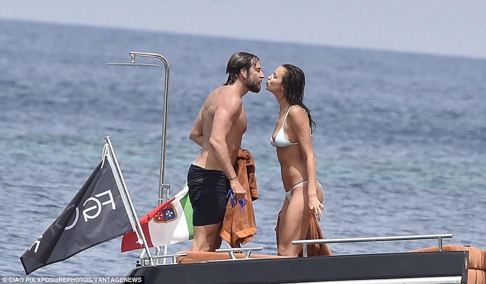 Tempo para o romance: O casal, que namora há 15 meses, inclinou-se para um beijinho carinhoso nos lábios