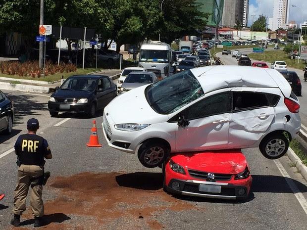 Acidente aconteceu na BR-230, no trecho do bairro Jardim Luna, na manhã deste sábado (6) (Foto: Walter Paparazzo/G1)