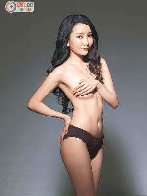 赤裸拍海報的文凱玲僅以單手遮胸,性感程度爆燈。