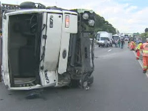 Acidente causou lentidão na Via Dutra, em São José dos Campos. (Foto: Reprodução/TV Vanguarda)