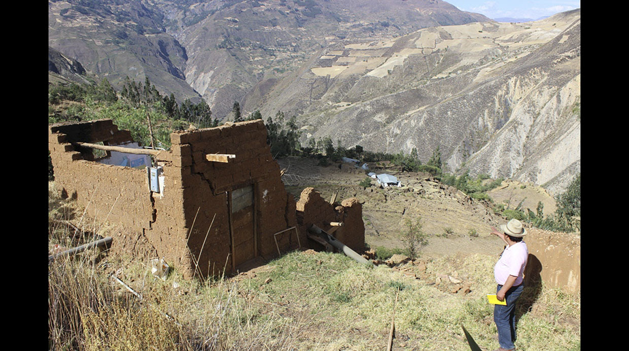 crack peru, giant crack peru, crack peru pictures, photo crack peru, cracks destroy 24 houses in Peru, peru giant crack in the ground september 2015, peru crack september 2015 video photo