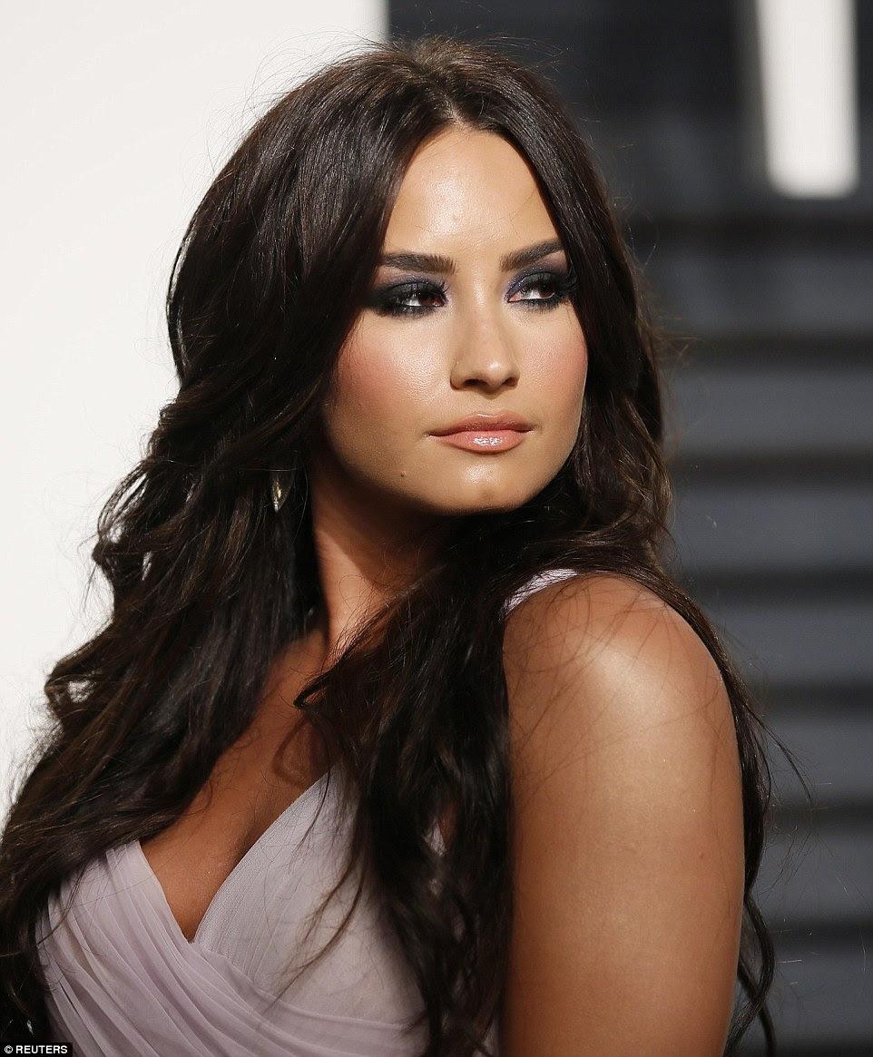 Fumando quente!  Demi Lovato parecia incrível como ela foi para um conjunto extremamente ousado compreendendo um vestido lilac espumante com massas de material fazendo a saia cheia de corpo e mergulhando top