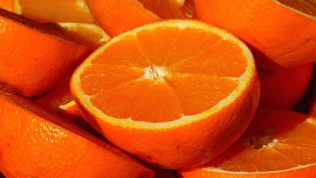 Manger une orange dans la soirée n'est peut-être pas la meilleure chose à faire. La professeure Karen Carlson de l'Université Harvard suggérait de ne pas consommer d'agrumes avant d'aller au lit. Ceux-ci peuvent notamment vous donner des brûlures d'estomac, ce qui peut gâcher votre nuit.