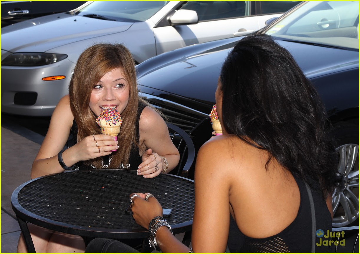 jennette mccurdy ice cream cone hot day 02