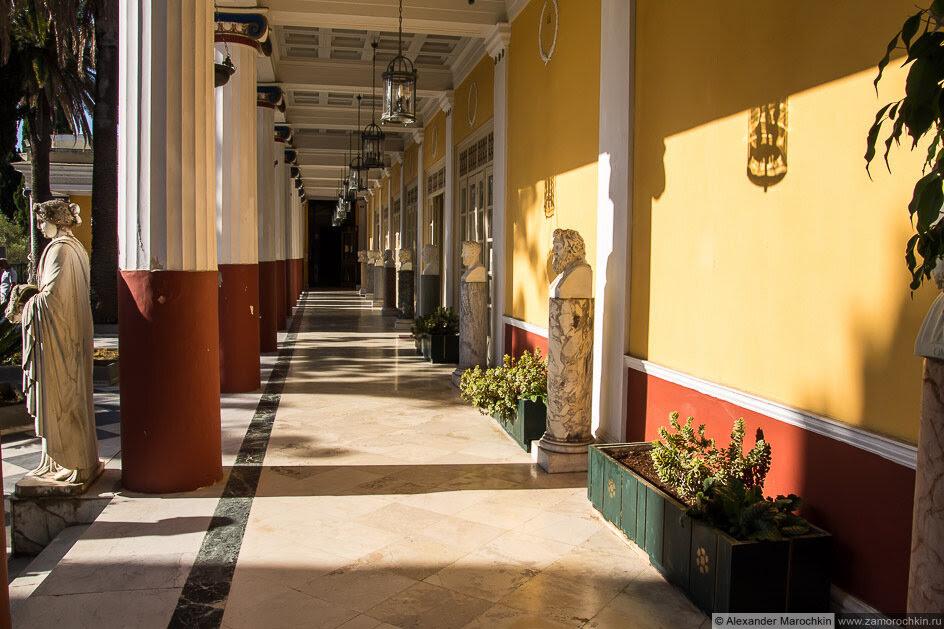 Терраса с колоннами и скульптурой во дворце Ахиллеон (Корфу)