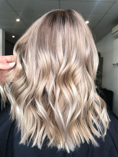 """Champagne Bronde"" Blends Summer and Fall Hair Color"