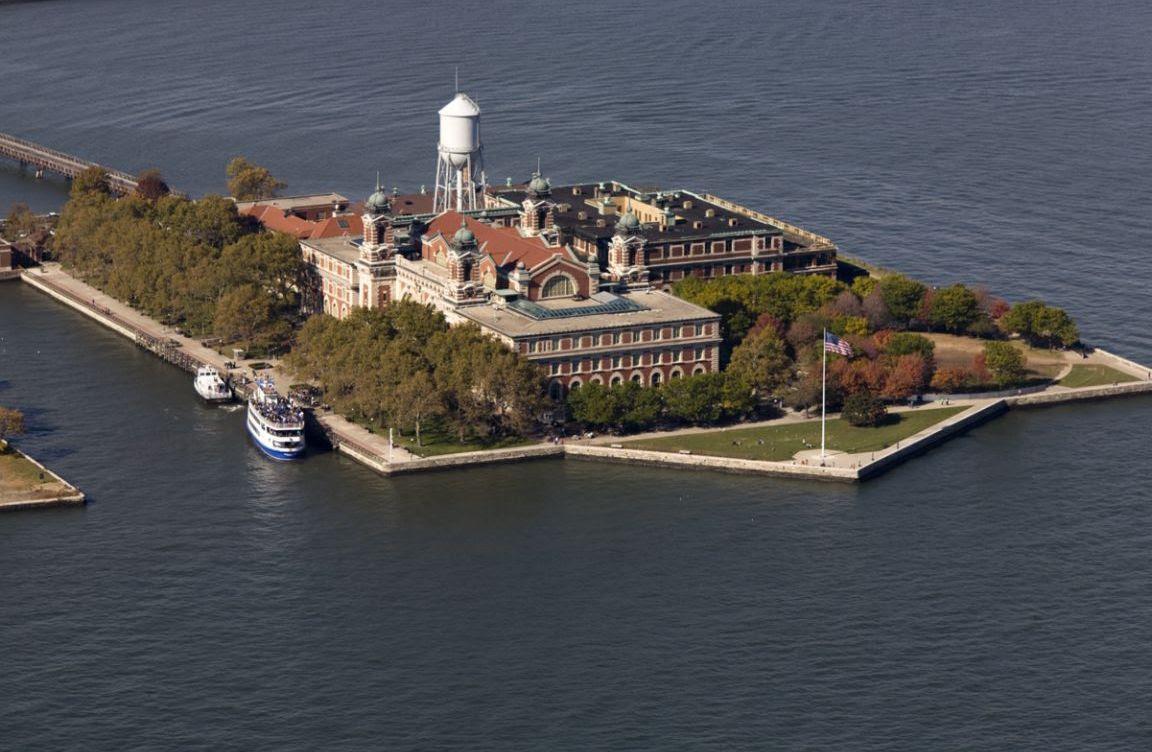 http://newyorkguest.files.wordpress.com/2011/03/ellis-island-new-york-city-united-states1152_12882341675-tpfil02aw-13013.jpg