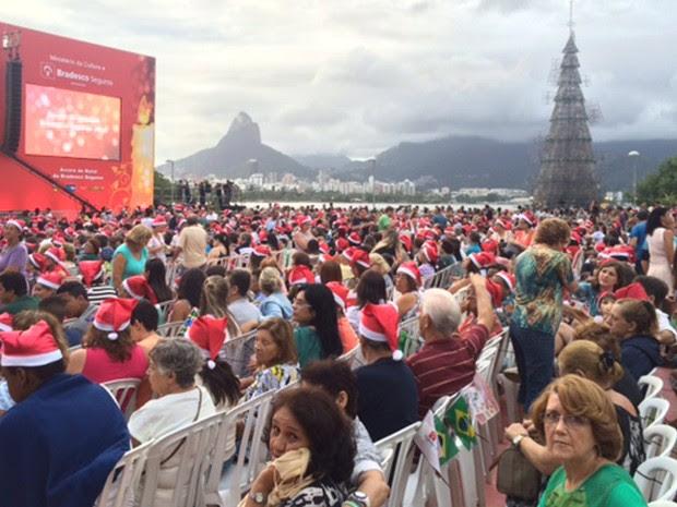 O público com a árvore ainda apagada ao fundo (Foto: Káthia Mello/G1)