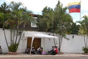 Indígenas resguardan Embajada de Venezuela en Tegucigalpa. (Foto: AFP)