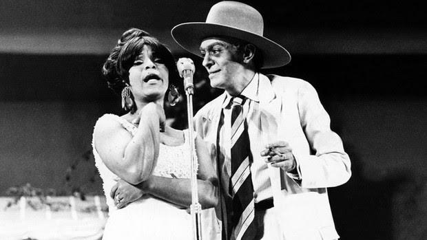 A cantora Elza Soares e Chico Anysio durante show em São Paulo em 1967 (Foto: Agência Estado)