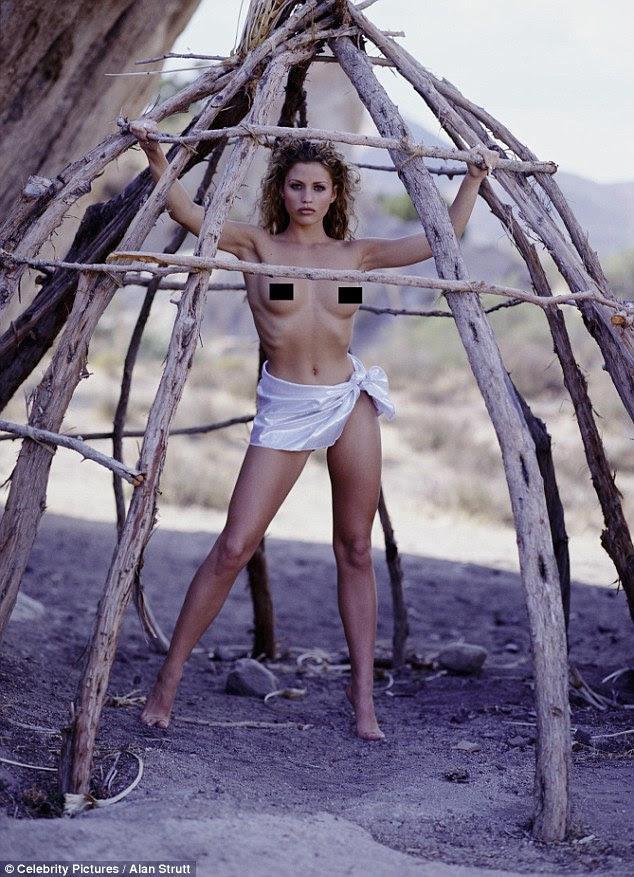 Um passo atrás no tempo: ela pode ser vista vestindo um pano de lã glamouroso como ela volta para a natureza