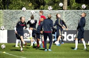 Los jugadores del Ajax de Amsterdam (i-d) Ricardo van Rhijn, Danny Hoesen y Lesley de Sa participan en el entrenamiento celebrado en Ámsterdam (Holanda). EFE
