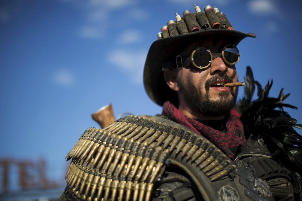 """Fãs de """"Mad Max"""" constroem seu próprio mundo pós-apocalíptico no meio do deserto 08"""