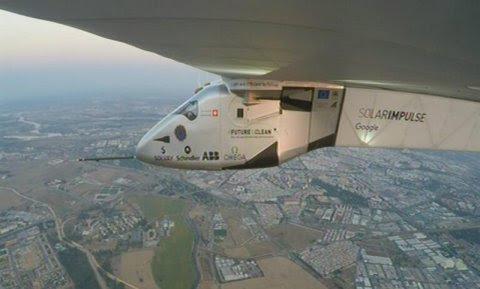 Imagen facilitada por Solar Impulse del avión Impulse II, propulsado con energía solar, durante su aproximación a España tras cruzar el Atlántico Norte. /EFE