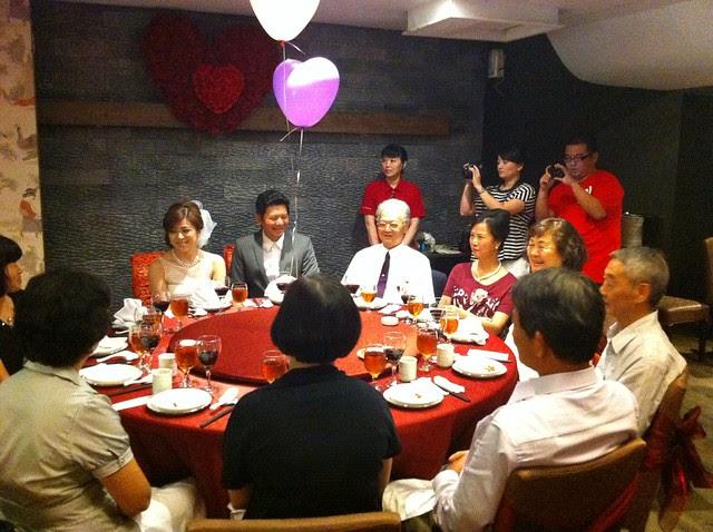 新郎和新娘來到主桌了