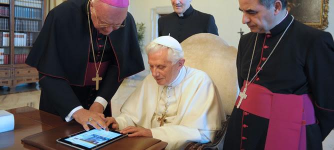 El papa Benedicto XVI (c) y los cardenales Celli, Becciu y Xuereb observan un i-pad en El Vaticano