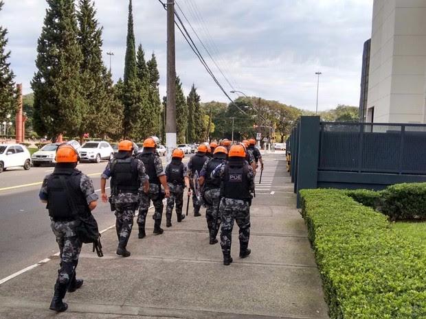 Policiais seguem a pé do 1º Batalhão da Polícia Militar para o Estádio Beira-Rio em Porto Alegre (Foto: Fabio Almeida/RBS TV)