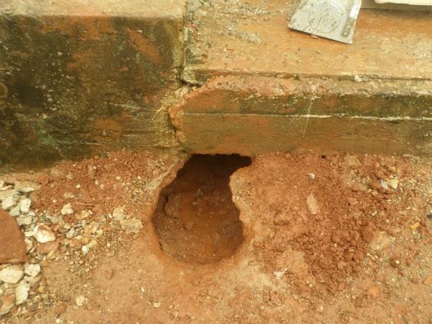 Presos cavaram um túnel dentro de uma das quatro celas da cadeia, diz polícia. (Foto: Divulgação / Polícia Civil)