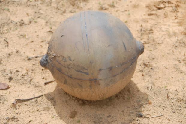 Foto divulgada pelo National Forensic Science Institute mostra a bola metálica de pouco mais de 1 metro de diâmetro e 6kg que caiu na Namíbia (Foto: National Forensic Science / AFP)