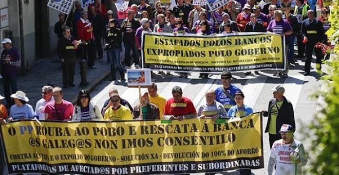 Una marcha de afectados por las preferentes se dirige hacia la residencia de Feijóo en Monte Pío. / COORDINADORA DE PLATAFORMAS