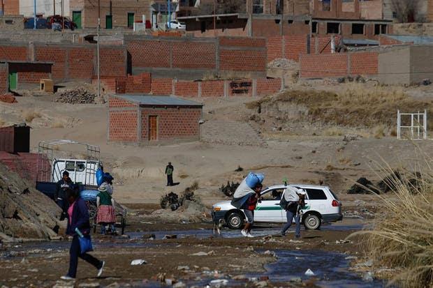 """Uno de los pasos ilegales aprovechados por los """"bagayeros"""": en el fondo casas informales en La Quiaca"""