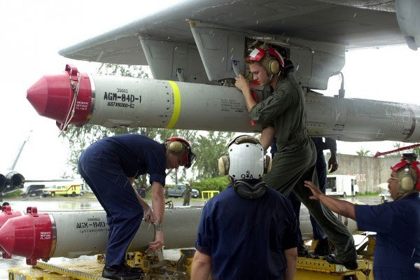 Un misil antibuque Harpoon está instalando en un US Navy P-3.