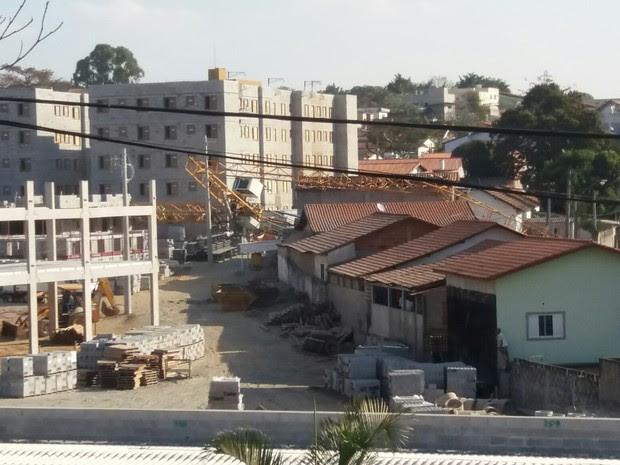 Guindaste cai sobre casa na Vila Tesouro em São José (Foto: Ellen Karoline)