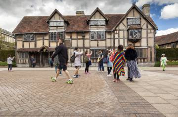 Turistas frente a la casa natal de William Shakespeare, en Stratford-Upon-Avon (Reino Unido).