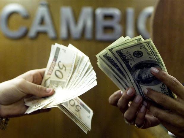 Notas de dólar e real em casa de câmbio no Rio de Janeiro, nesta sexta-feira *4) (Foto: REUTERS/Bruno Domingos)