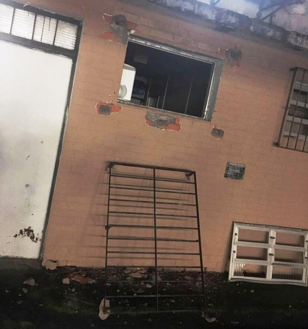 Quadrilha serrou grade de janela para entrar na agência (Foto: Reprodução/TV Tribuna)