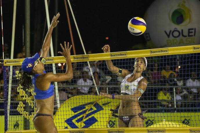 Duda ataca em etapa do Circuito Brasileiro de vôlei de praia (Foto: Shana Reis/MPIX/CBV)