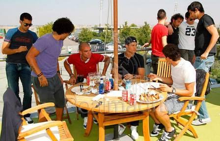 Cristiano Ronaldo na mesa dos brasileiros Kaká, Pepe e Marcelo