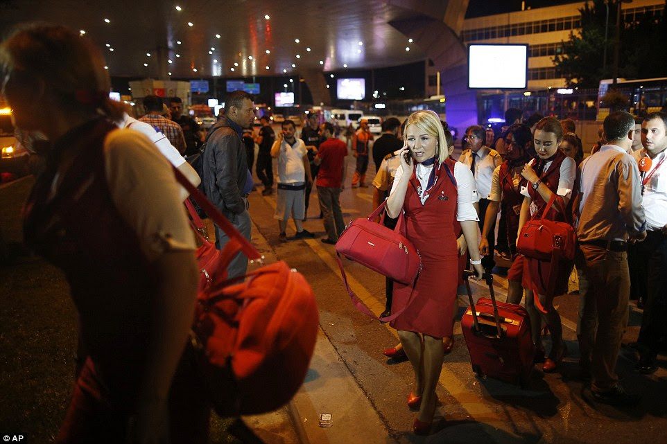 Os membros de uma tripulação de voo deixam aeroporto de Istambul, na madrugada de quarta-feira depois de um ataque de supostos extremistas ISIS