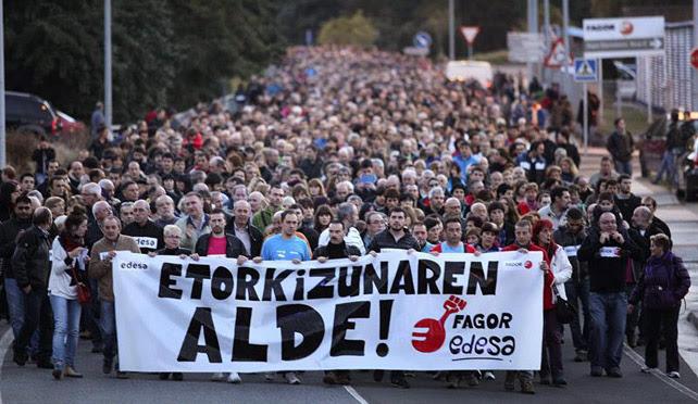 Miles de personas se manifiestan en Arrasate convocados por los órganos representativos de Fagor Electrodomésticos para exigir el mantenimiento del empleo de la cooperativa vasca.