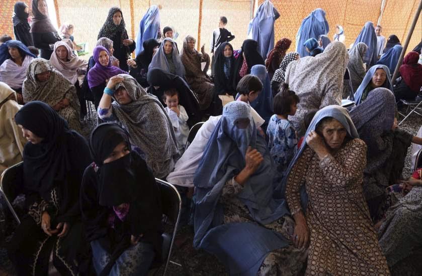 Esperando ayuda médica en Afganistán
