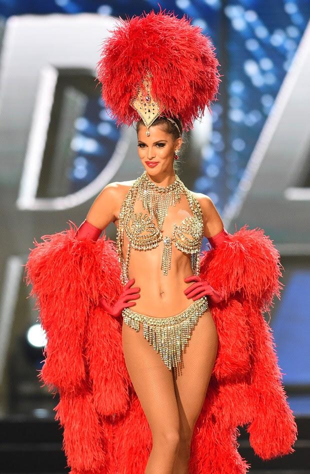 Iris Mittenaere, a Miss França, durante a etapa em que as candidatas usam trajes que representam seu país de origem (Foto: AFP)